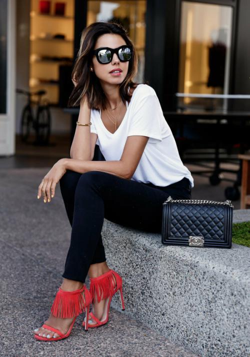 Пиджак с джинсами и футболкой. Составляем женственные образы с футболкой. Модные примеры.