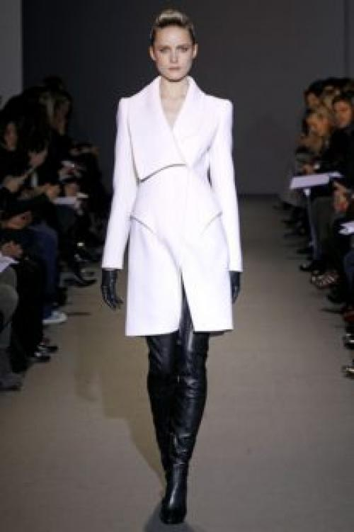 С чем носить белое пальто до колена. Модные фасоны пальто белого цвета