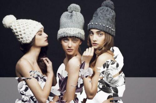Модные вязаные шапки для женщин з.  Фото модных вязаных шапок для женщин 50 лет, стильные виды и фасоны