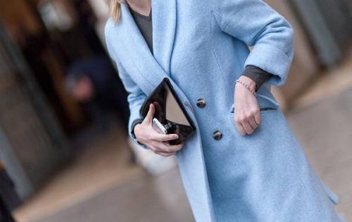 Цвет шарфа к голубому пальто. С чем лучше всего носить пальто голубого цвета